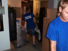 Идёт погрузка квартиры на машину - переезжаем в загородный дом